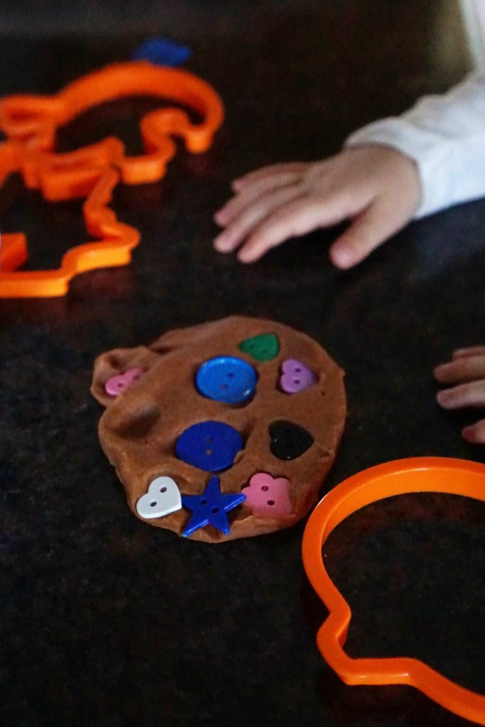 Halloween Play Date: Pumpkin Spice Playdough Jack-O-Lanterns {perfect for preschoolers}