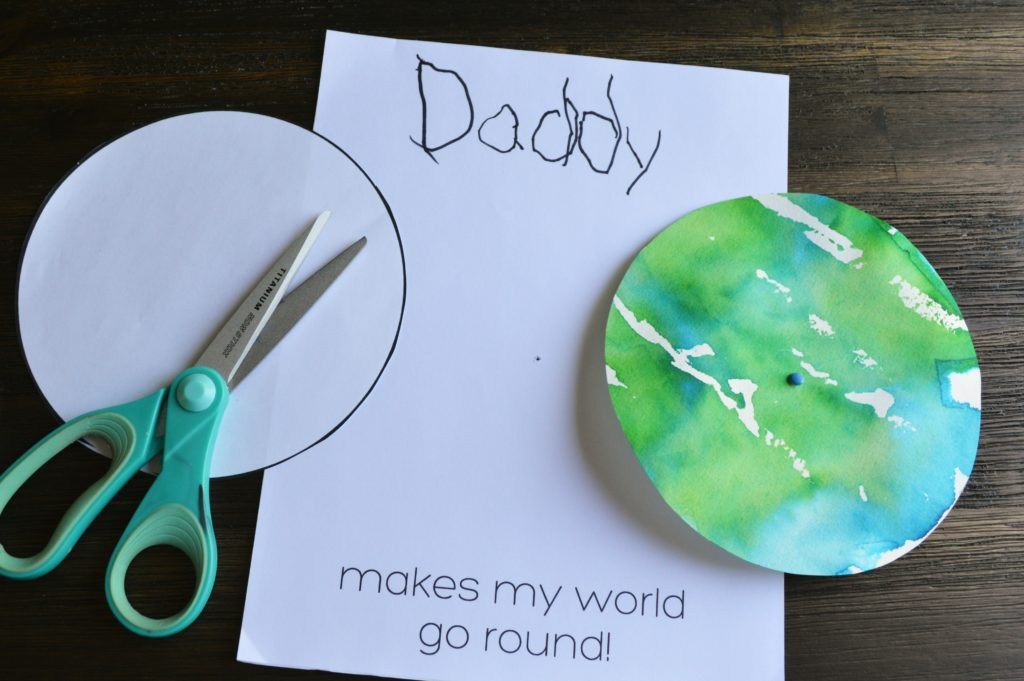 "Click over to grab the templates and tutorial for this adorable ""Daddy make my world go round"" Father's Day craft"